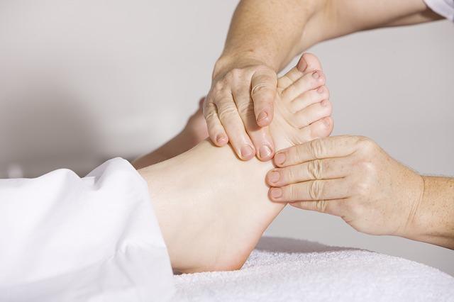 main en train de masser un pied